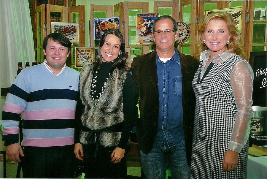 Casal Presidente Rafael Orlandi Bareño e Francine Bispo Bareño com casal Vice-Presidente Luis Antônio de Jesus Carvalho e Clézia Maria Schwanz.