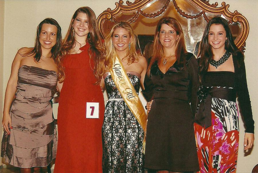 Francine Bareño (líder feminina do Dunas),  Carolina Silveira da Silva ( Glamour-Girl Dunas Clube e candidata a Glamour Girl Pelotas), Mariana Otero Xavier Glamour-Girl Pelotas 2009, Claudia Leite (Diretora Social) e a filha Celina Leite (Madrinha do Duna