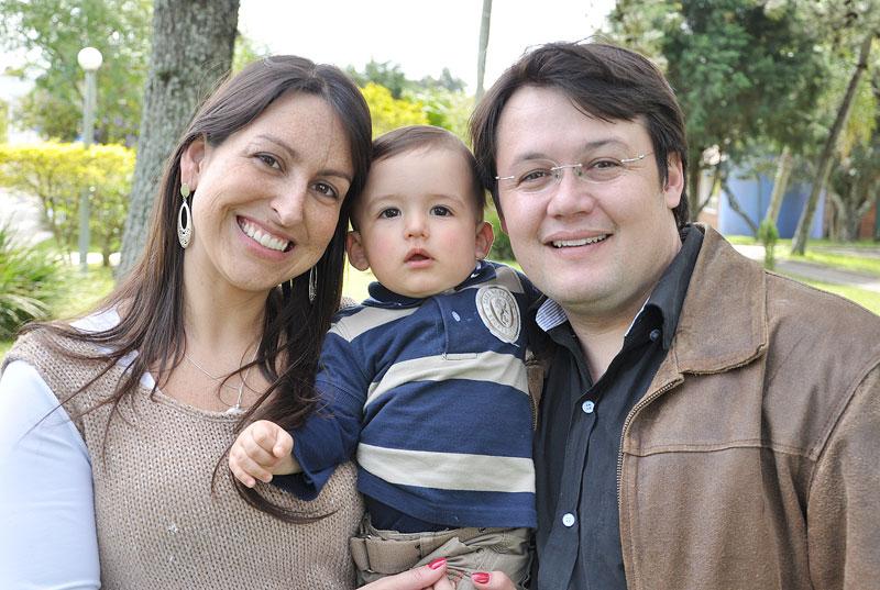 Casal Presidente do Dunas Clube Franciene e Rafael Orlandi Bareño com o filho Bruno